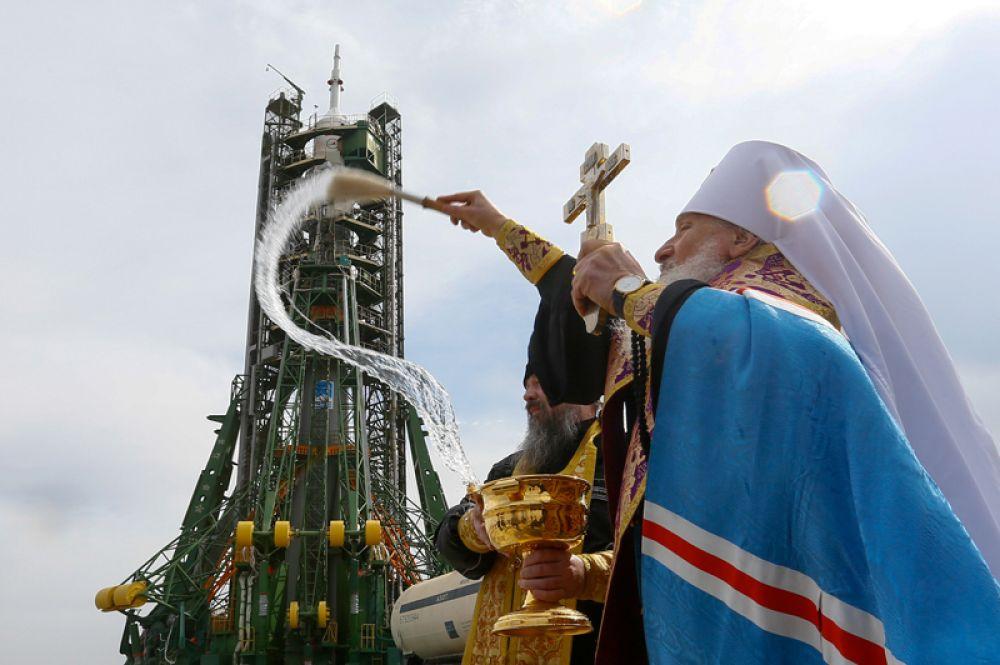 Священник благословляет космический корабль «Союз-МС-08» с экипажем МКС перед запуском с космодрома Байконур, Казахстан.