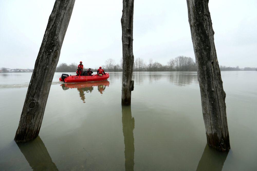 Работники Красного Креста плывут на лодке во время наводнения в Летованике, Хорватия.
