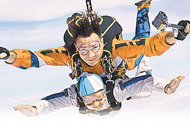«Железная бабушка». Прыжок с парашютом в 93 года стал для неё лишь началом