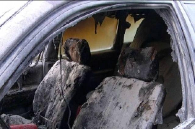 Салон автомобиля уничтожил огонь.