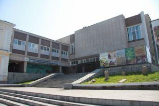 С наступлением весны крыша здания стала протекать.