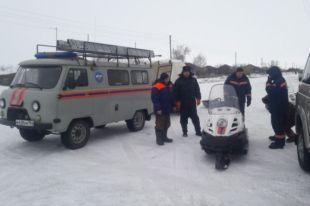 Рыбаков ищут на снегоходе и тракторе.