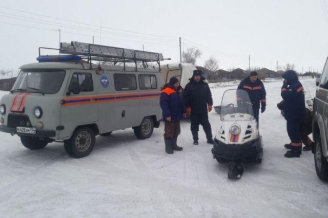Застрявших вснегу рыбаков сребёнком 2-ой день ищут МЧС и милиция