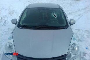 Под Новоорском вылетевший из грузовика камень убил водителя Nissan.