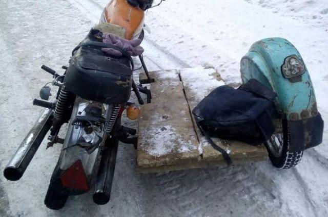В аварии пострадали водитель мотоцикла и пассажир.