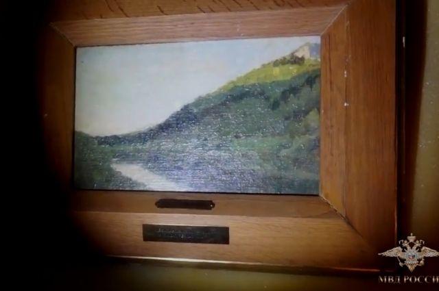 Картину «Тихая речка» изъяли при обыске у подозреваемых.