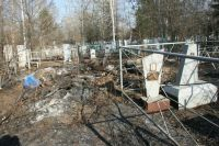 На кладбище не велась уборка.