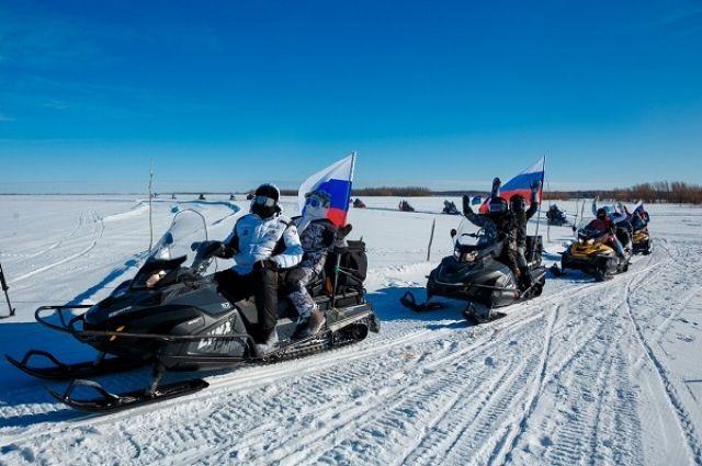Экстремальный заезд на снегоходах