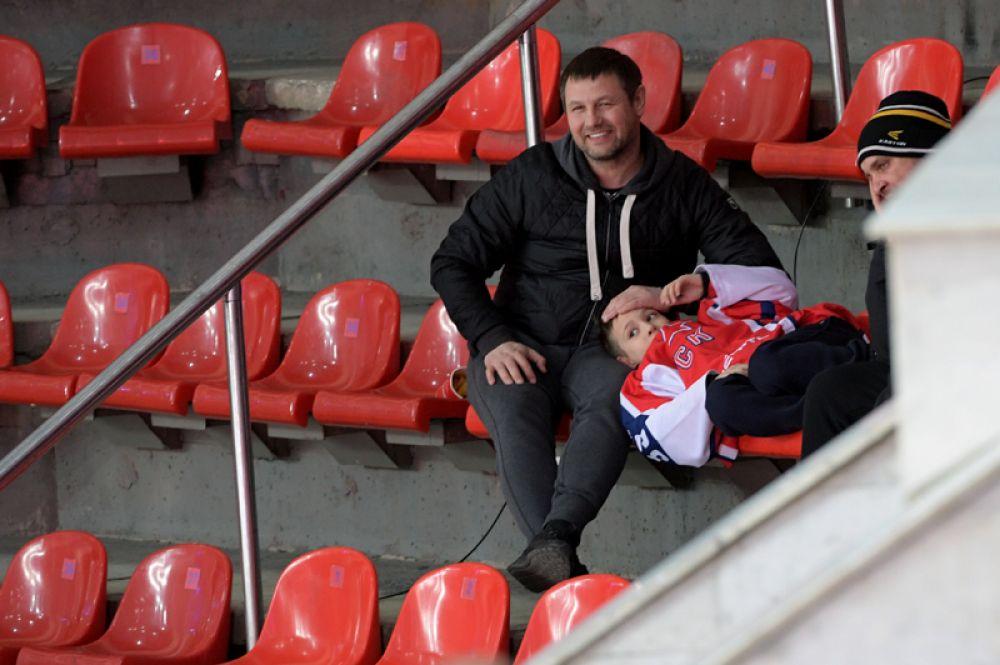 Оставшиеся болельщики ХК ЦСКА следят за ходом игры.