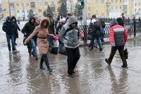С приходом весеннего тепла в краевую столицу даже её центральные улицы превращаются в труднопроходимые и бурные реки.