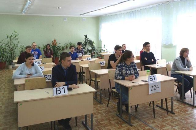 В Омске начался досрочный период сдачи ЕГЭ.