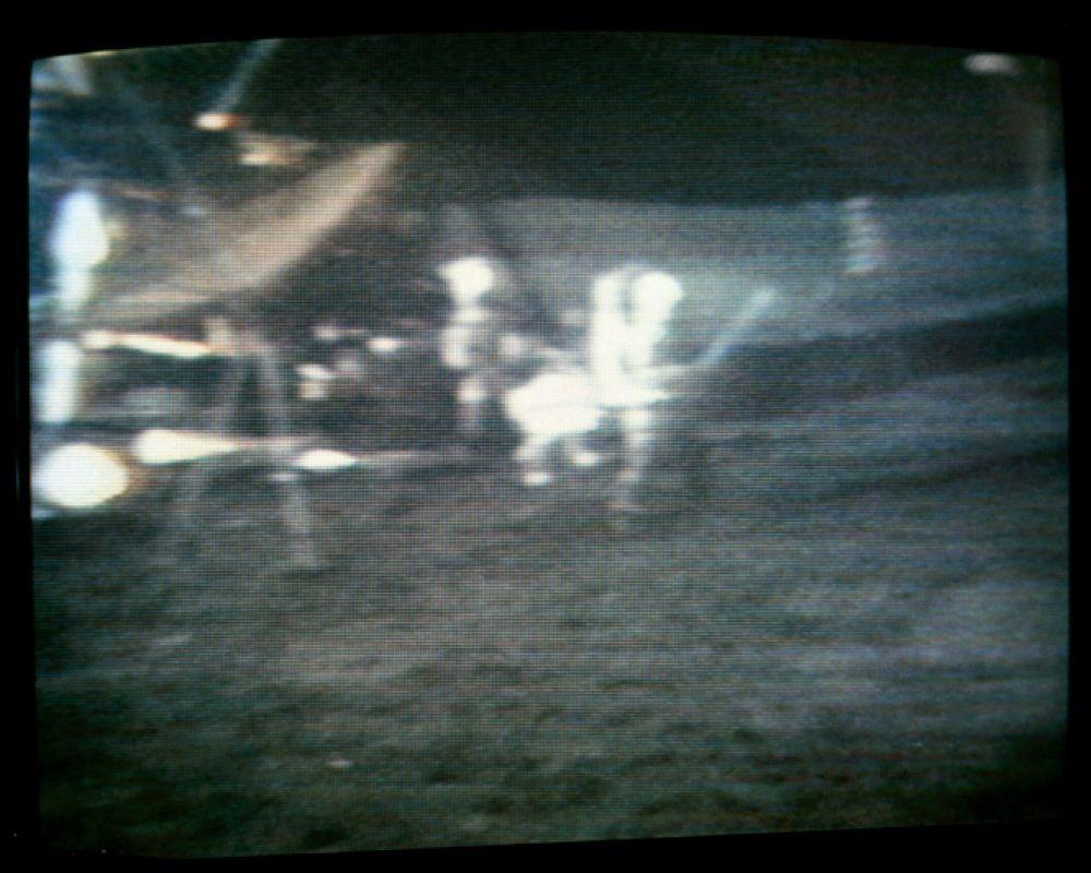 Во время миссии «Аполлона-14» в 1971 году астронавты привезли на Луну мяч для гольфа. После исследования поверхности планеты Алан Шепард вынул из кармана скафандра мяч и, пользуясь одним из инструментов в качестве клюшки, сделал знаменитый удар «на мили и мили».