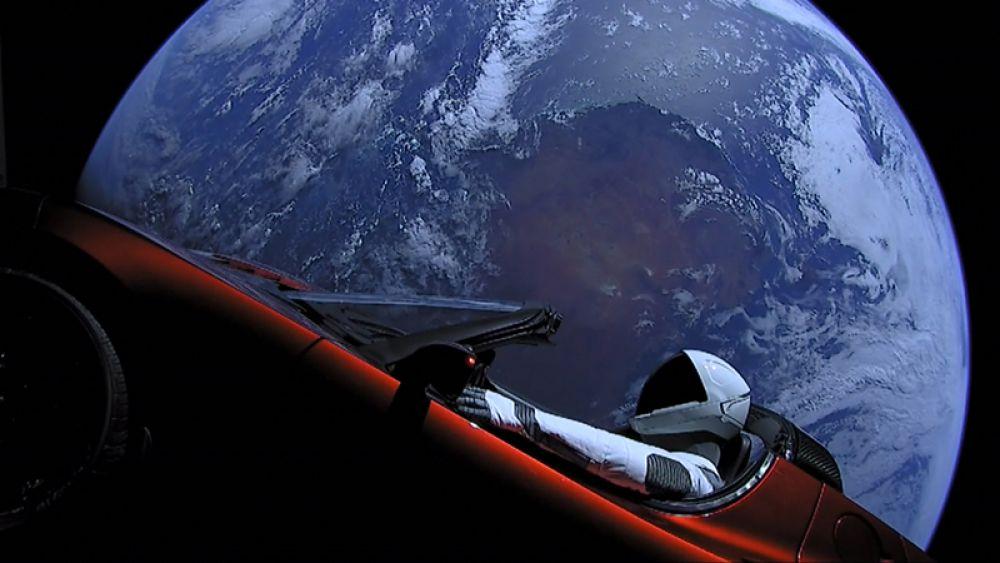 В феврале 2018 года компания SpaceX впервые запустила в космос новую мощнейшую ракету-носитель Falcon Heavy. На ее борту находится Tesla Rodster ярко-красного цвета из личной коллекции Илона Маска. За рулем — манекен Стармэн в скафандре.