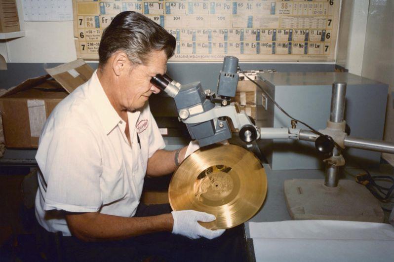 В 1977 году вместе с зондами «Вояджер-1» и «Вояджер-2» в космос были запущены позолоченные пластинки с записью приветствий на 55 языках, музыкой разных народов, звуками Земли и фотографиями. Пластинки упакованы в футляр с инструкцией, в комплекте также находятся фонографическая капсула и игла для воспроизведения записи.