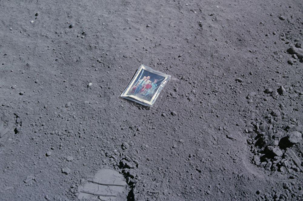В 1972 году астронавт Чарльз Дьюк, бывший в составе экспедиции «Аполлон-16», пятой высадке людей на Луну, оставил на ее поверхности свое семейное фото с женой и сыновьями.