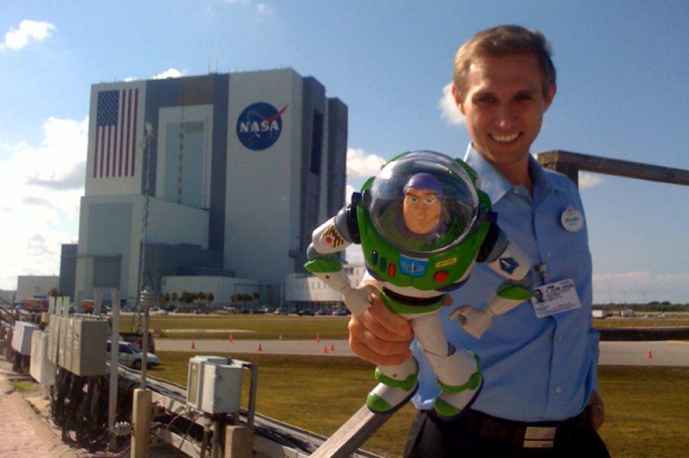 В 2008 году в космос отправилась фигурка астронавта Базза Лайтера из «Истории игрушек». На МКС ее доставил шаттл «Дискавери» STS-124. Спустя полтора года она также вернулась на Землю.