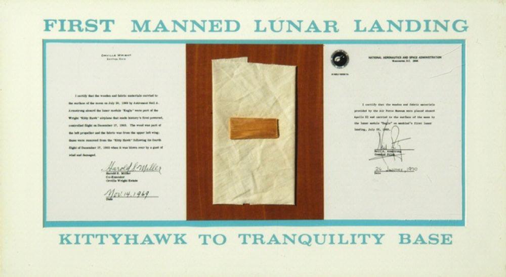 20 июля 1969 года экипаж корабля «Аполлон-11» впервые в истории совершил посадку на Луну. В наборе личных вещей командира Нила Армстронга находились деревянный фрагмент левого пропеллера и кусочек ткани от левого верхнего крыла самолета «Флайер» братьев Райт, совершившего свой полет в 1903 году. Экспонаты благополучно вернулся на Землю и сейчас находится в Смитсонианском национальном музее воздухоплавания и космонавтики.