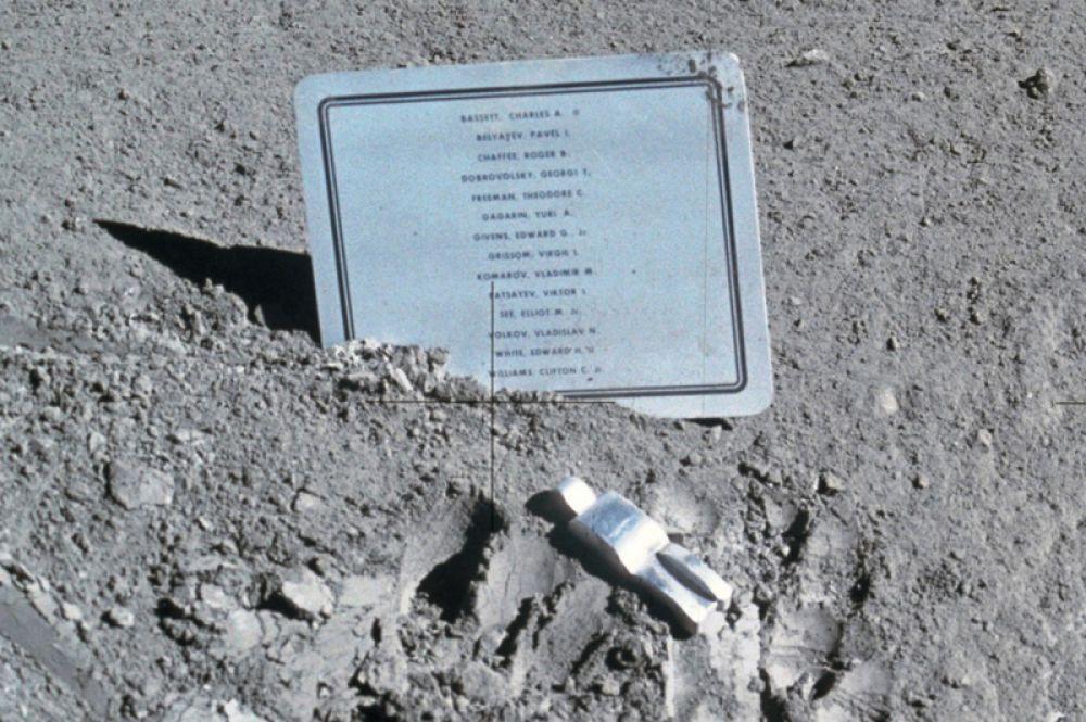 Единственной художественной инсталляцией на Луне является алюминиевая скульптура «Павший астронавт» бельгийского художника Пола ван Хейдонка. Ее установил командир Дэвид Скотт в месте посадки экипажа космического корабля «Аполлон-15» на юго-восточной окраине Моря Дождей 1 августа 1971 года. Рядом в грунт воткнута табличка с именами погибших астронавтов США и СССР.