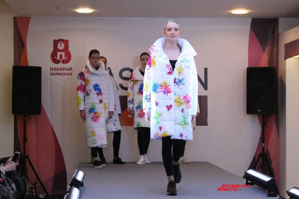 На показе бренда Elena Fabiani были представлены яркие цветные пуховики