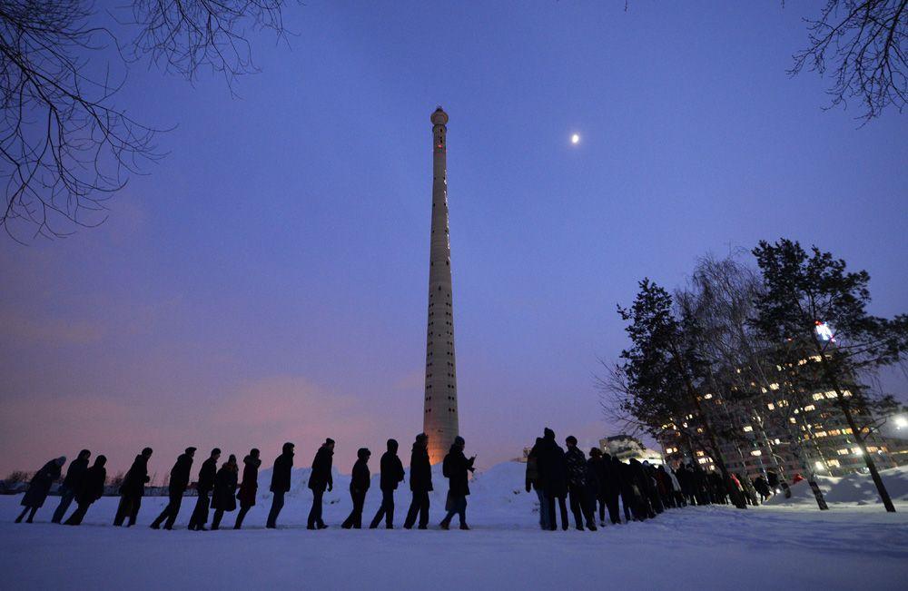 Участники акции протеста против сноса недостроенной телебашни в Екатеринбурге 23 марта.