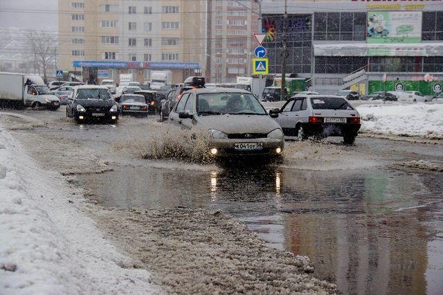 Центр Новосибирска затопило грязной водой, провалившей асфальт