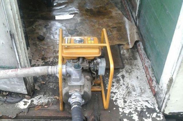 Откачать воду из домов можно с помощью мощного насоса.