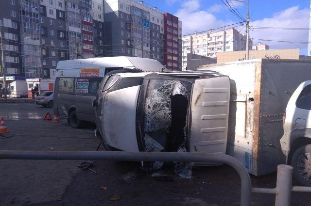 Наулице Шагольской столкнулись маршрутка и грузовой автомобиль. Есть пострадавшие