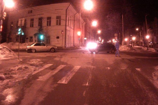 Шофёр «15-ой» сбил пешехода ивлетел всветофор