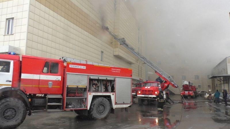 Для тушения пожара перекрыли ближайшие улицы и эвакуировали все машины от ТЦ.