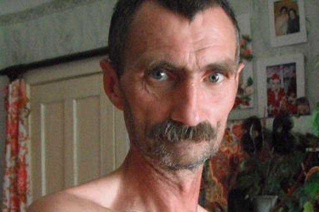 Сейчас Василий выглядит чуть старше, чем на фото. У него больше седых волос.
