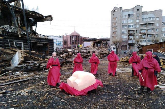 Показательную порку огромной задницы посвятили Василию Сурикову.