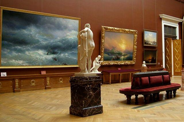 В Русском музее хранится около полумиллиона экспонатов.