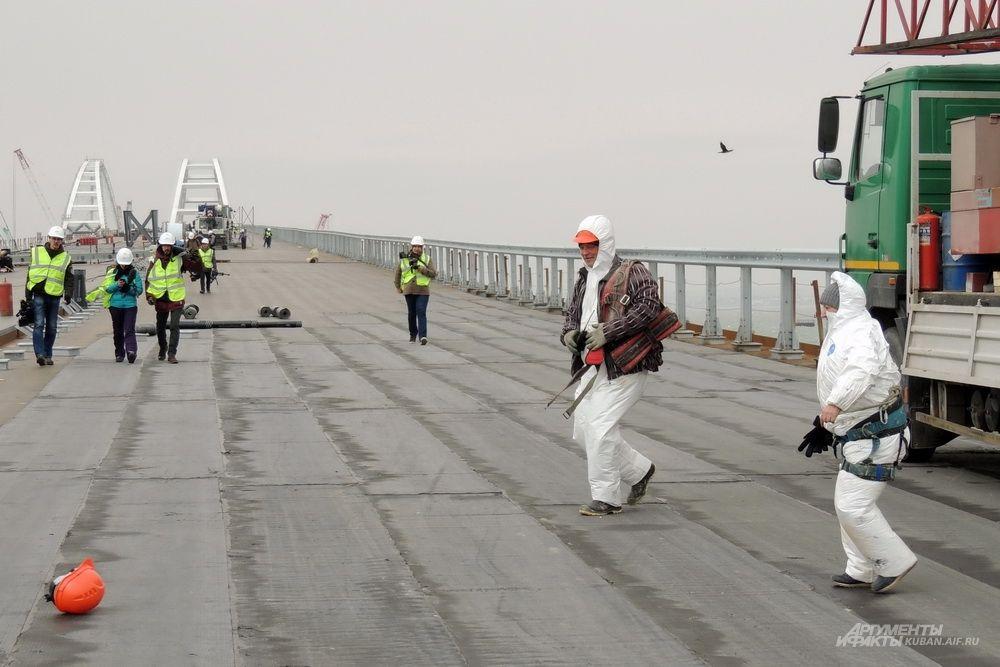 Штормовой порыв ветра легко сорвал каску с головы одного из строителей.