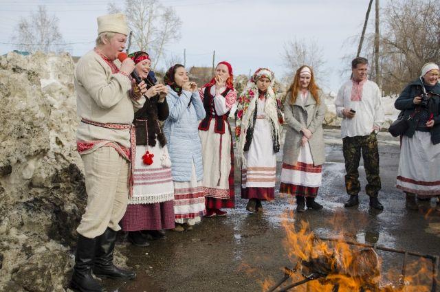 По народным белорусским поверьям, весну надо будить. И чем громче, тем лучше.
