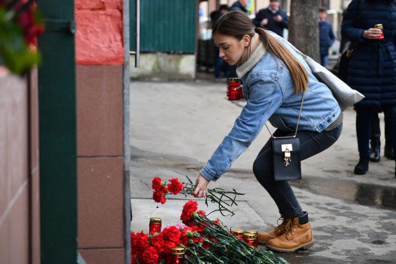 Москвичи несут цветы в память о погибших в ТЦ «Зимняя вишня» к зданию представительства Кемеровской области в Москве.