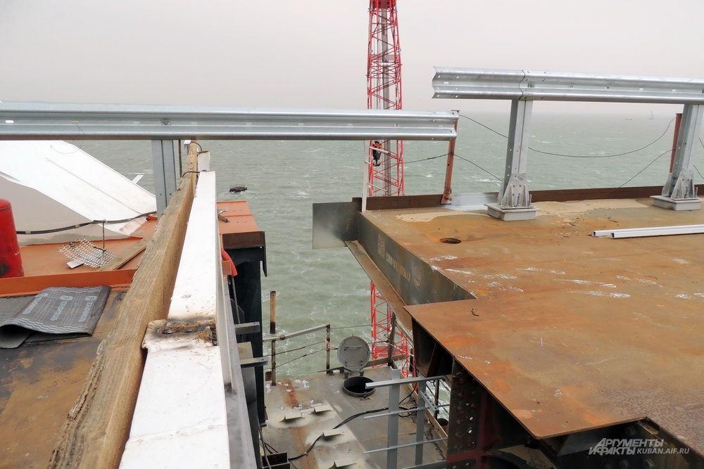 В этом месте осталось сделать один из последних деформационных швов автомобильного моста.