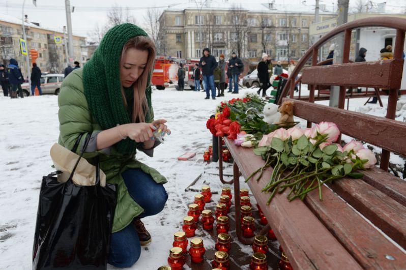 Девушка возле здания торгового центра «Зимняя вишня» в Кемерово, где произошел пожар.