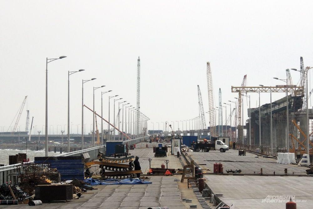 На мосту уже установлено 780 мачт освещения, это более 70% от их общего количества.