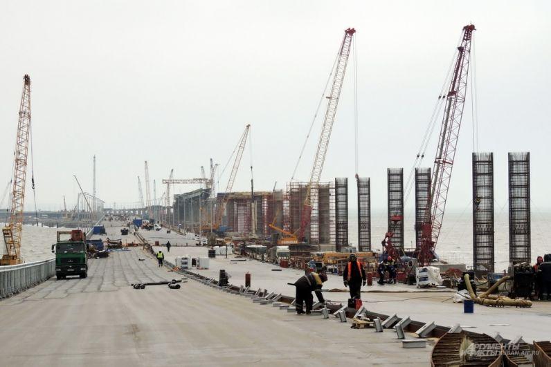 Скелеты будущих опор железнодорожного моста.