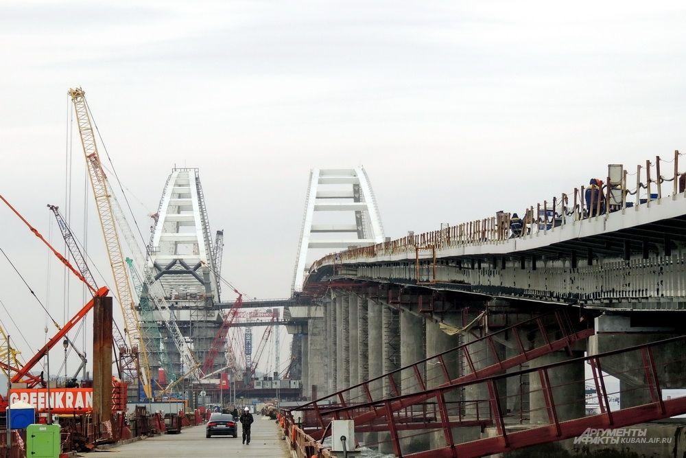 Вид на арки с рабочего моста.