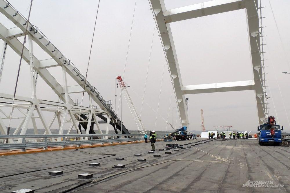 Арка автомобильного моста - один из последних участков стройки, на которых ещё не уложен асфальт.