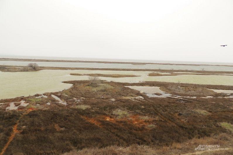 Вид с участка моста на остров Тузла.