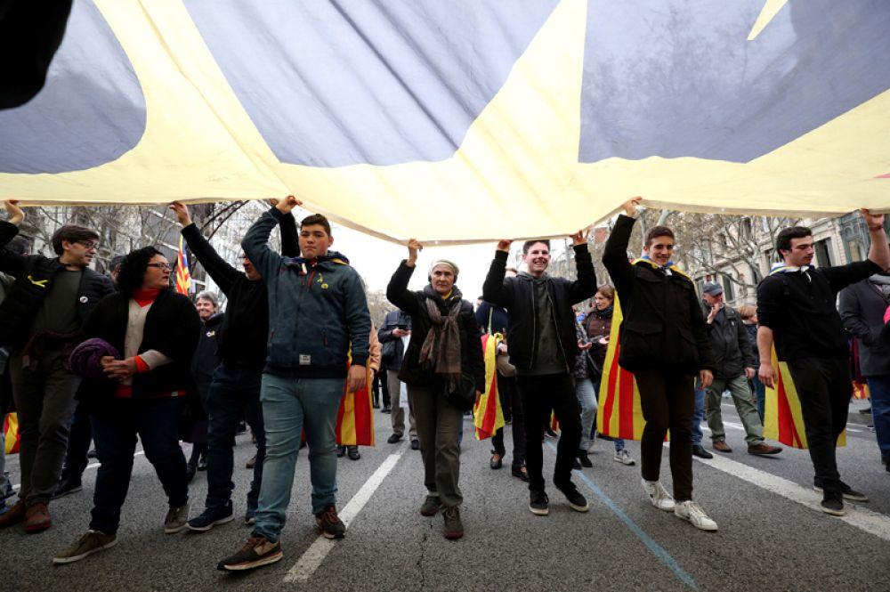 Митингующие в центре Барселоны.