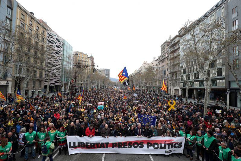 Верховный суд Испании решил выдать международный ордер на арест Пучдемона и ряда его соратников. Сообщалось, что Пучдемон был задержан немецкими правоохранителями при пересечении границы.