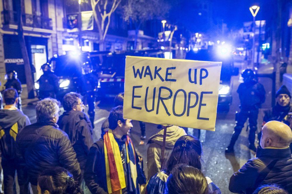 Столкновения протестующих с полицией в Барселоне.