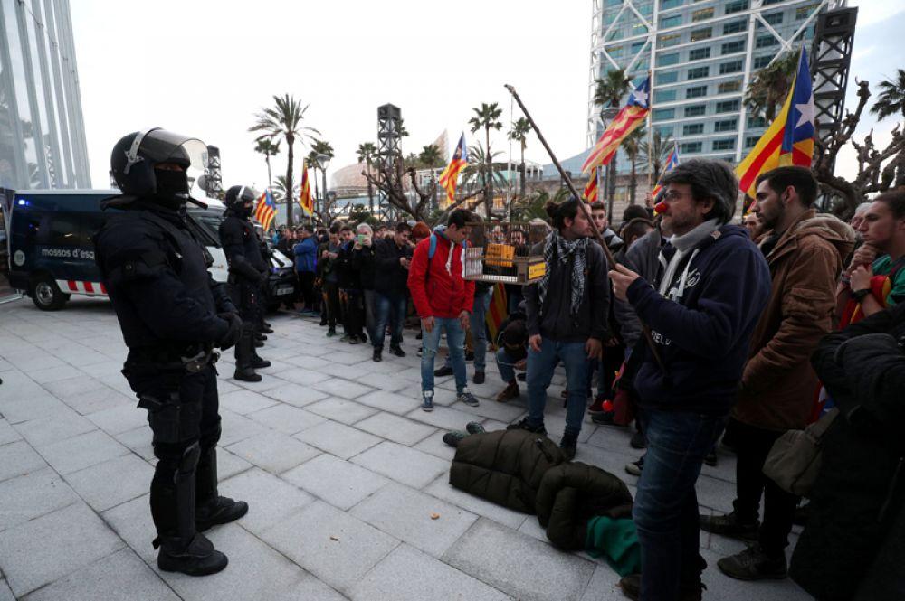 Митингующие и полицейские Mossos d'Esquadra перед консульством Германии в Барселоне.