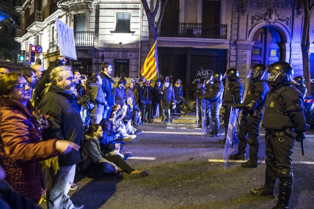Около 22 часов по местному времени правоохранители смогли оттеснить протестующих. Несколько человек были задержаны.