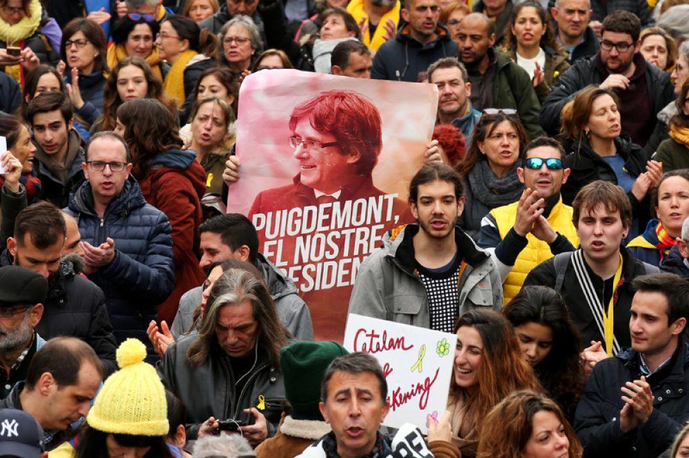 Митинг против задержания в ФРГ экс-главы каталонского правительства Карлеса Пучдемона в центре Барселоны.