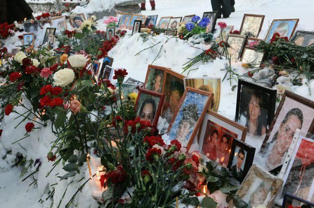 Фотографии с портретами погибших во время пожара в ночном клубе «Хромая лошадь».