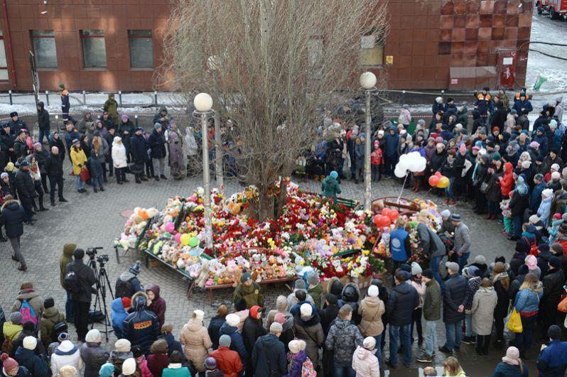 Стихийный мемориал у здания торгового центра «Зимняя вишня» в Кемерово, где произошел пожар.